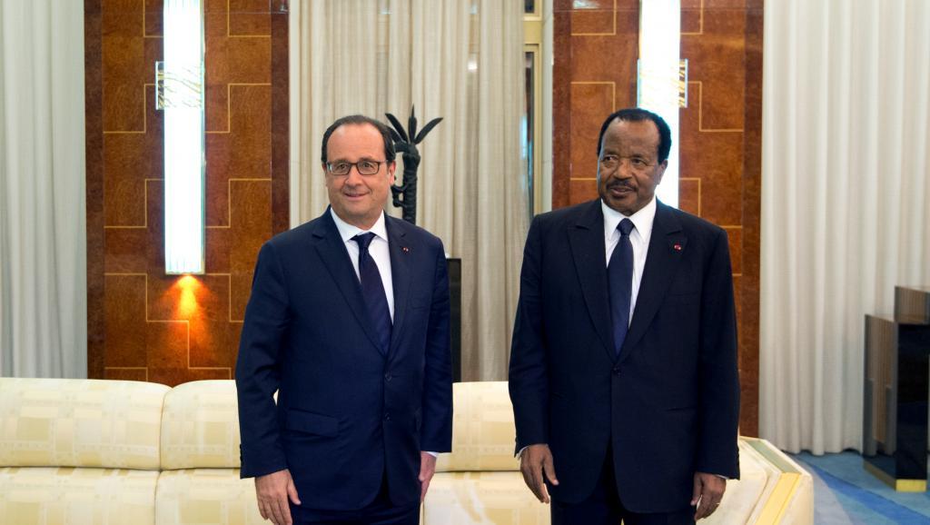 François Hollande avec son homologue Paul Biya lors de leurs rencontre, vendredi 3 juillet, à Yaoundé. AFP PHOTO / ALAIN JOCARD