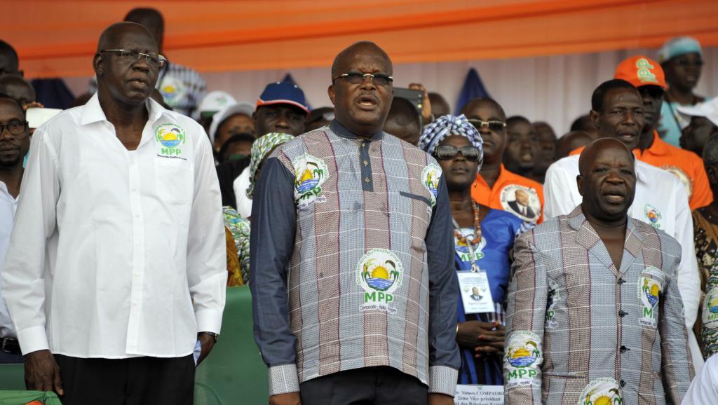 Roch Marc Christian Kaboré (c) entouré par Salif Diallo (g) et Simon Compaoré (d), pendant la cérémonie d'investiture du candidat à la présidentielle. Ouagadougou, le 5 juillet 2015.