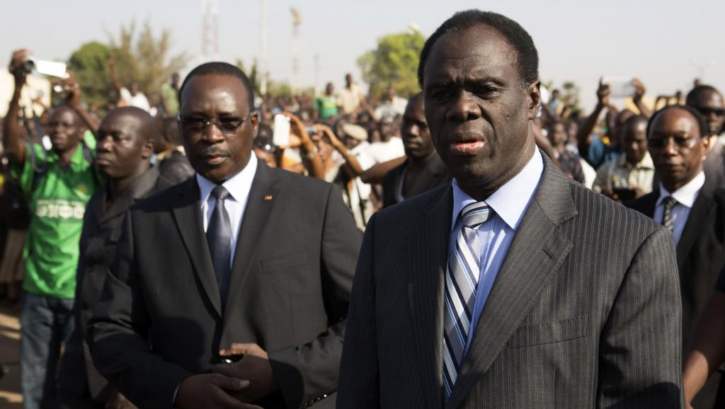 Dans la crise qui oppose le régiment de sécurité présidentiel et le Premier ministre Isaac Zida (G), le président Michel Kafando (D) doit jouer les médiateurs. REUTERS/Joe Penney