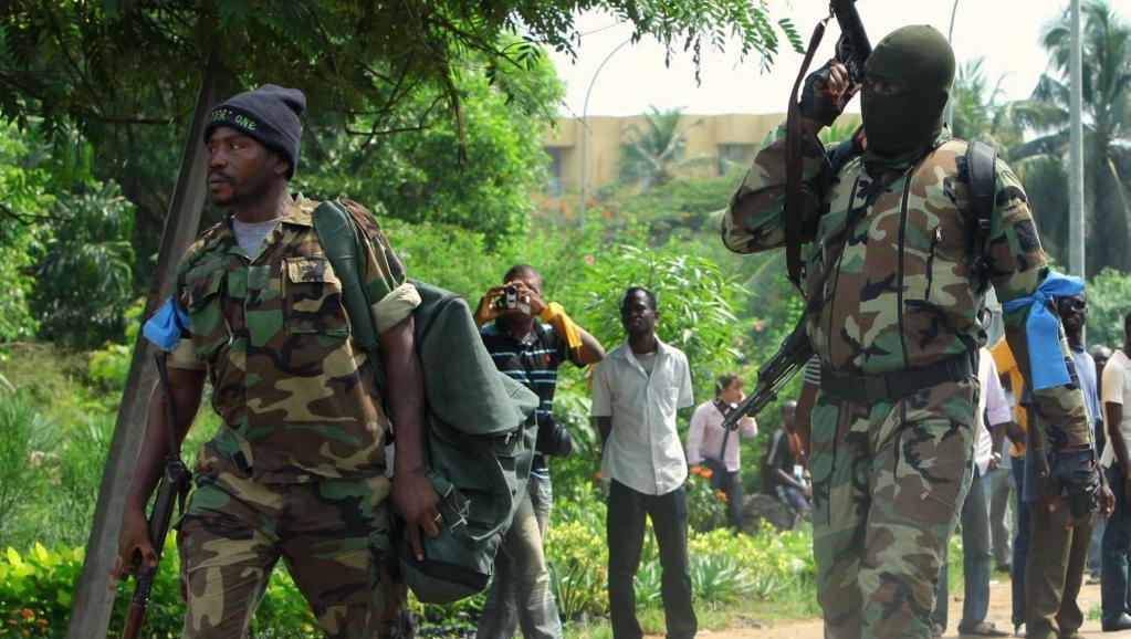 Soldats de l'ex-rébellion ivoirienne des Forces nouvelles sortant de l'hôtel du Golf, Abidjan, le 16 décembre 2010 Reuters