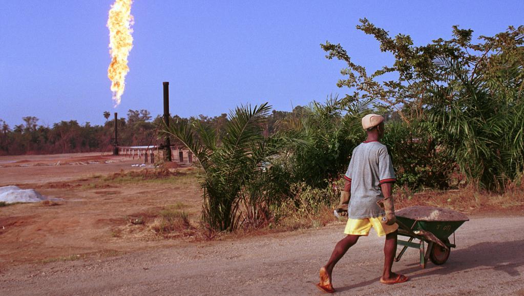 Un homme passe près d'un champ de pétrole au Nigeria. Chris Hondros/Getty Images