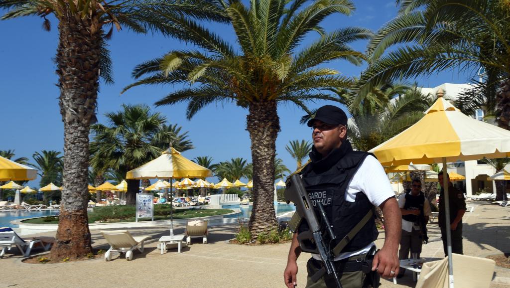 Depuis l'attentat du 26 juin à Sousse, 1 400 policiers ont été assignés à la protection des hôtels, selon le Premier ministre tunisien. AFP PHOTO / FETHI BELAID