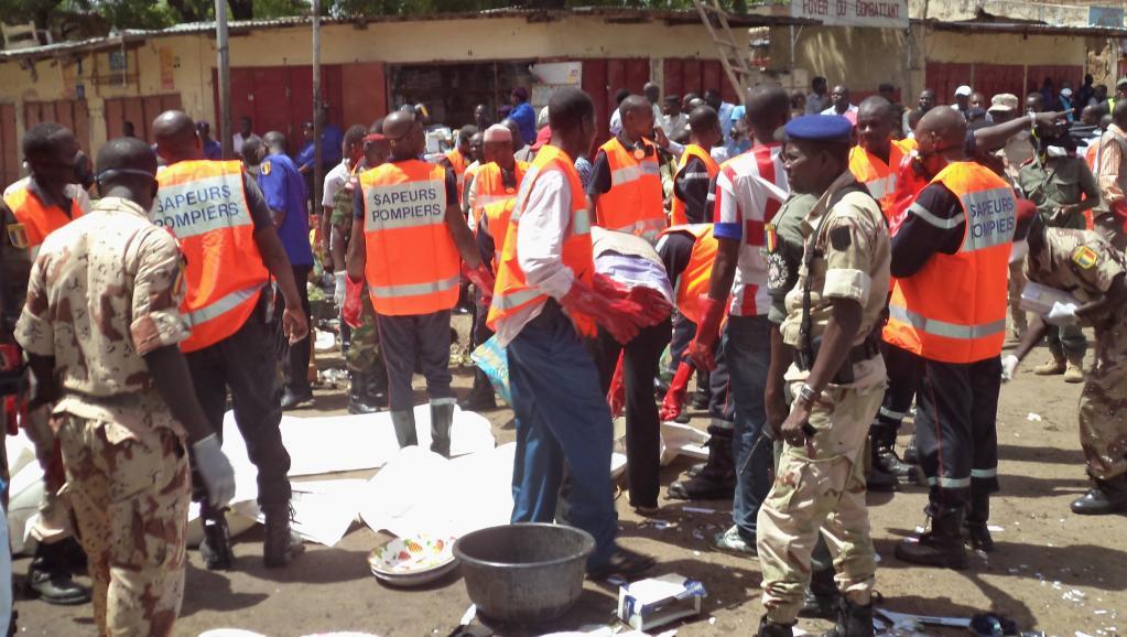 Les secours sur les lieux de l'attentat-suicide, au marché central de Ndjamena, le 11 juillet 2015. REUTERS/Moumine Ngarmbassa