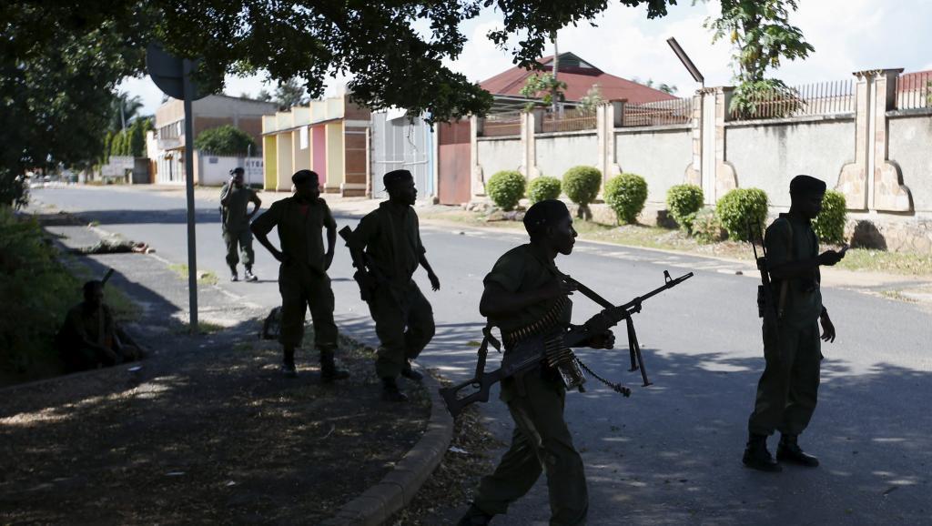 Des soldats fidèles au président Pierre Nkurunziza dans des rues de la capitale burundaise où les affrontements ont repris, le 14 mai 2015. REUTERS/Goran Tomasevic