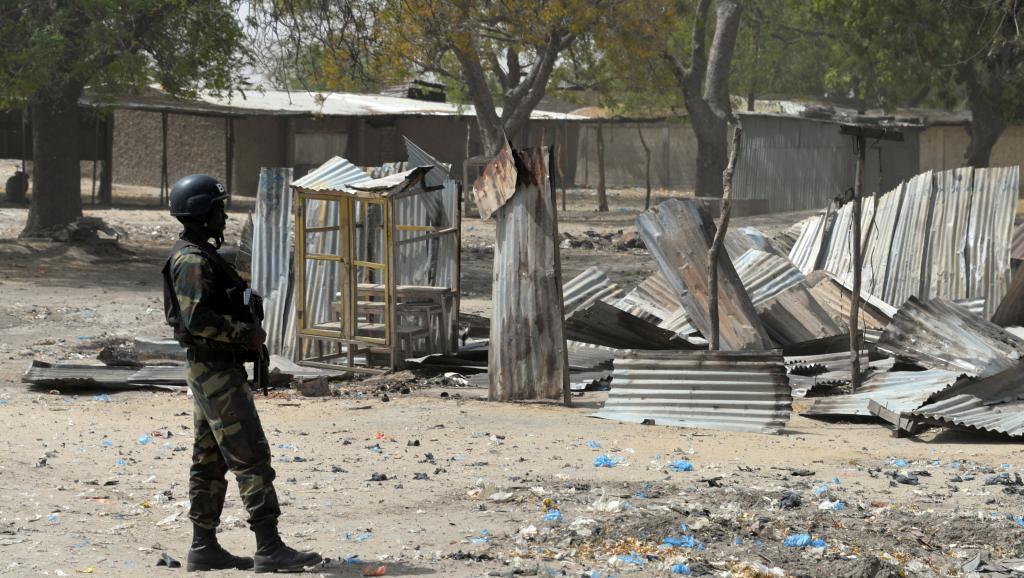 Un soldat camerounais patrouille à Fotokol, après des affrontements entre l'armée camerounaise et Boko Haram, le 17 février 2015. AFP PHOTO / REINNIER KAZE