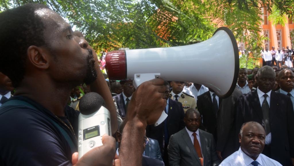 En 2012, lors d'une visite à l'université Omar Bongo, le président gabonnais Ali Bongo avait été interpelé par des étudiants sur le versement des bourses. Cette fois, ce sont les enseignants qui sont en grève. AFP PHOTO / CELIA LEBUR