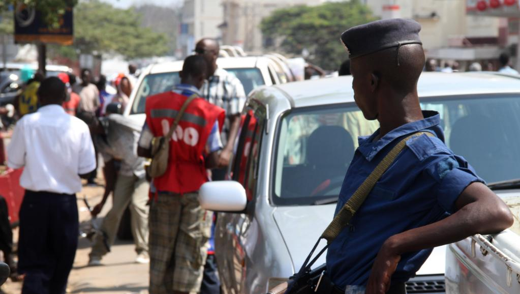 Un policier dans une rue de Bujumbura, le 6 juillet 2015. AFP PHOTO / Landry NSHIMIYE
