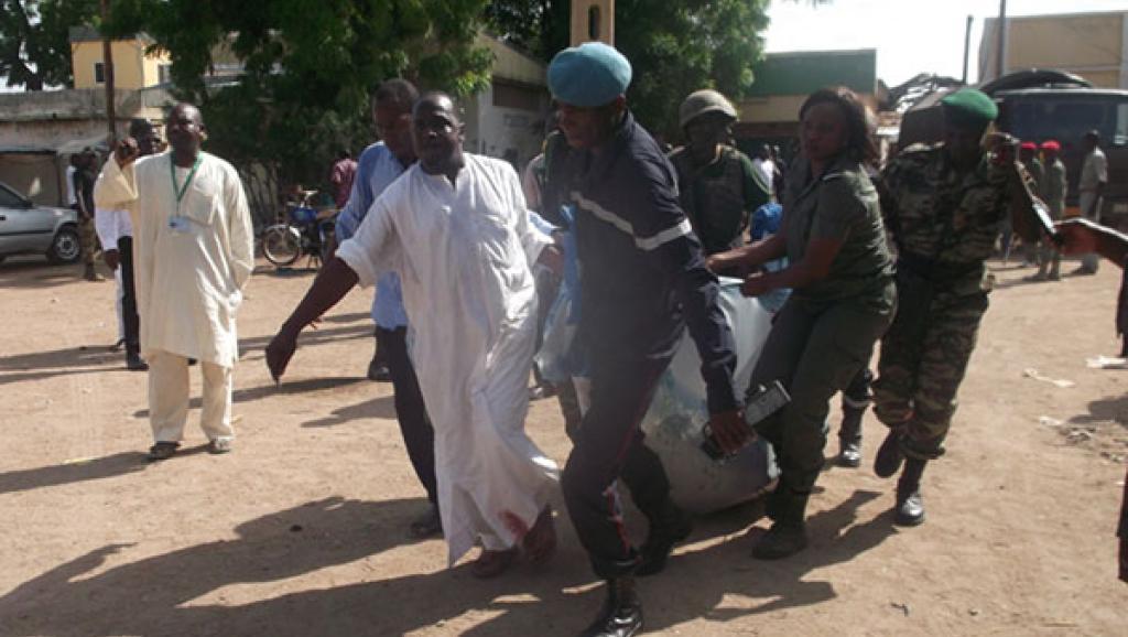Évacuation des corps. Marché de Maroua, 22 juillet 2015. Journal du Cameroun / David Wanedam