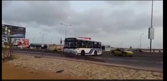 """Incroyable: un chauffeur de bus """"TATA"""" roule en sens interdit en pleine autoroute"""