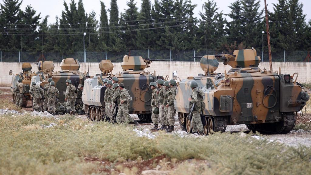 Un convoi de militaires turcs le long de la frontière entre la Turquie et la Syrie, près de Kilis, le 30 juillet 2012. REUTERS/Umit Bektas