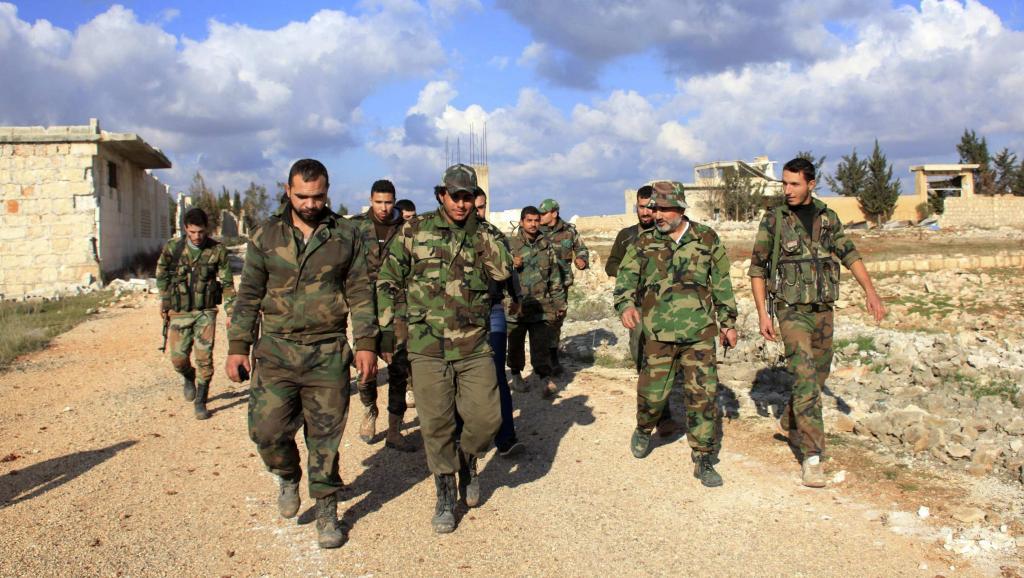 Face à l'hémorragie qui frappe l'armée syrienne, Bachar el-Assad a décrété une nouvelle amnistie générale pour les déserteurs. Ici, des soldats syriens loyalistes en décembre 2014 au nord d'Alep. REUTERS/George Ourfalian