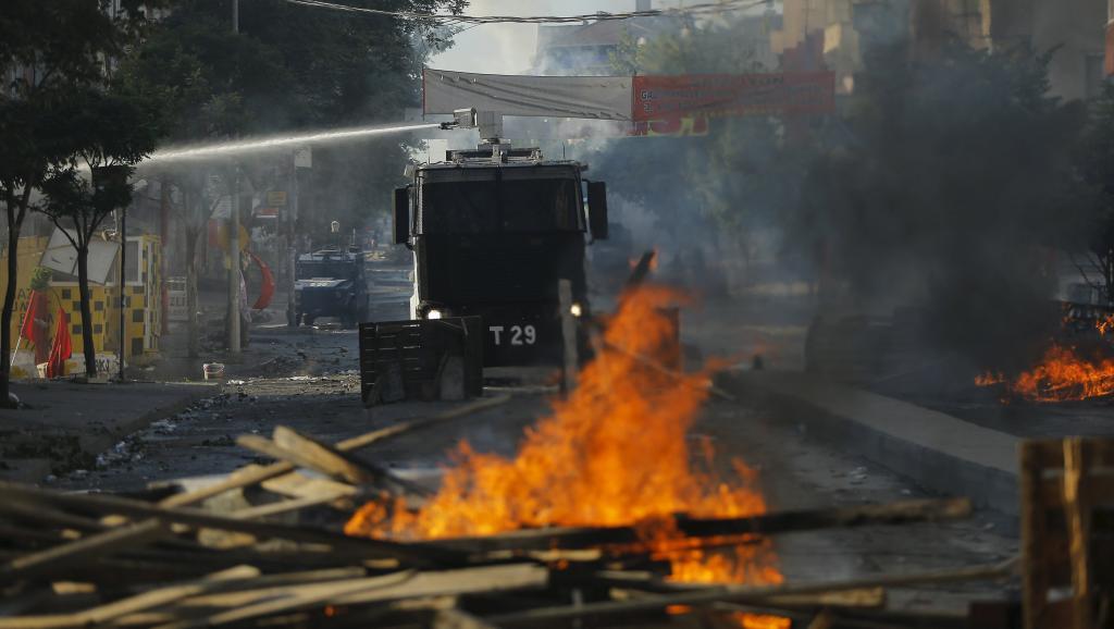 Samedi, la police a dispersé -en usant de canons à eau - le rassemblement lors des obsèques de Gunay Ozarslan, militante d'extrême-gauche tuée vendredi lors d'un raid des forces de l'ordre.