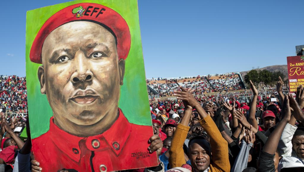 Portrait de Julius Malema brandi par ses partisans de l'EFF pour les deux ans du parti, dans l'Olympia Park Stadium de Rutenburg, le 25 juillet 2015. AFP PHOTO/STEFAN HEUNIS