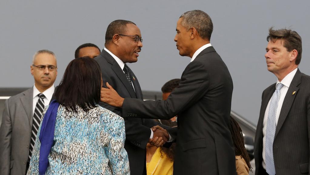 A son arrivée en Ethiopie, le 26 juillet 2015, le président américain Barack Obama (à droite) a été accueilli par le Premier ministre Hailemariam Desalegn et sa femme (à gauche). REUTERS/Jonathan Ernst