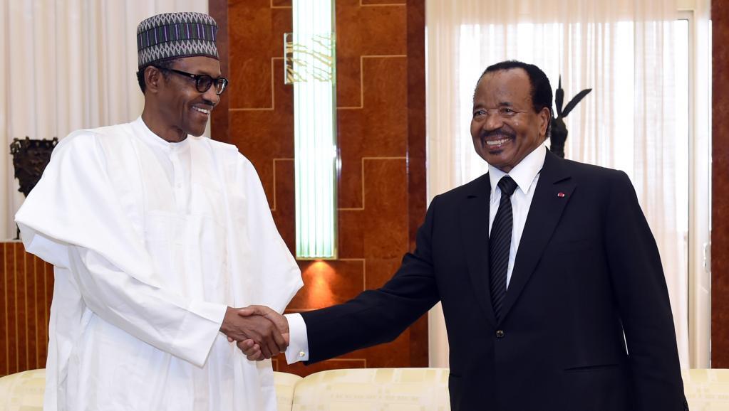 Le président nigérian Muhammadu Buhari (G) reçu par son homologue camerounais Paul Biya à Yaoundé, le 29 juillet 2015. AFP PHOTO / CAMEROON PRESIDENCY