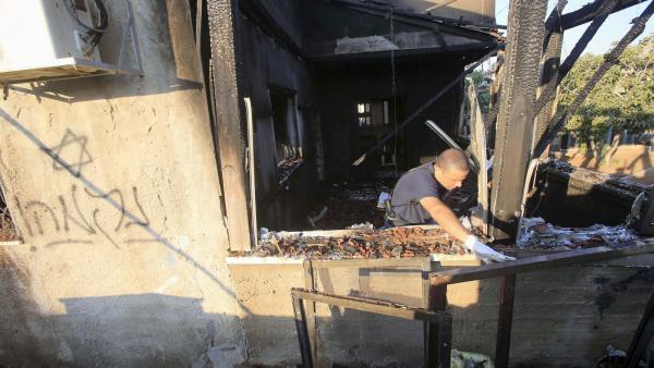L'un des slogans en hébreu inscrits par les auteurs de l'incendie criminel qui a coûté la vie à un bébé palestinien de 18 mois: «Revanche».
