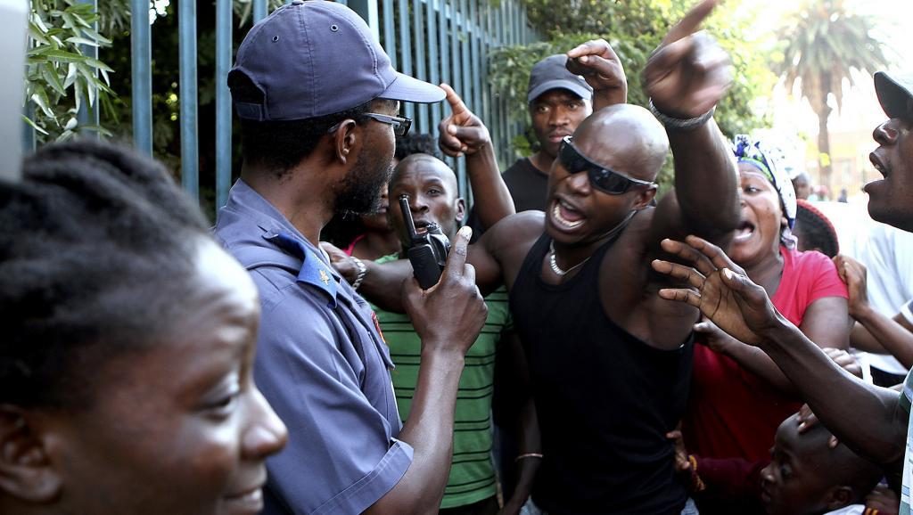 Mouvement de colère près du poste de police de Daveyton, en Afrique du Sud, le 28 février 2013 après la mort du chauffeur de taxi mozambicain. REUTERS/Stringer