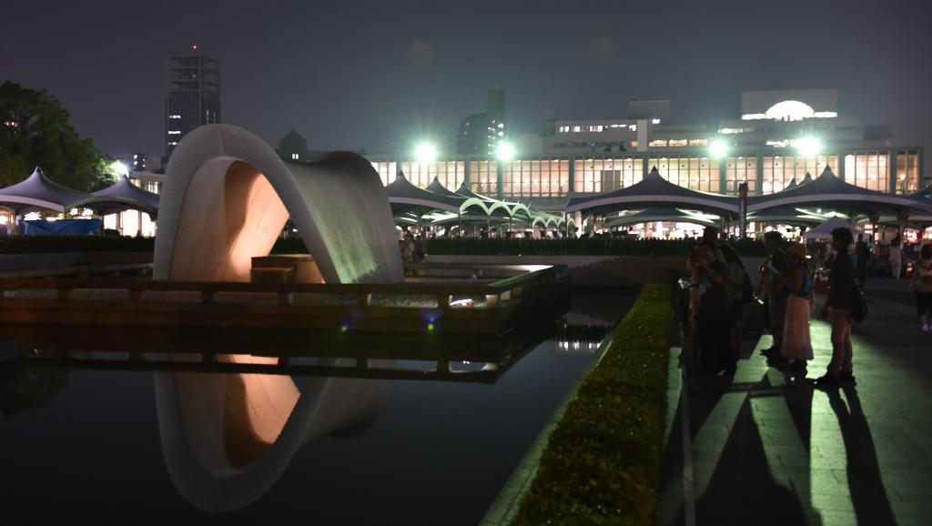 Rassemblement au Mémorial de la Paix d'Hiroshima, devant la flamme du souvenir qui sera éteinte le jour où il n'y aura plus d'armes nucléaires dans le monde, le 5 août 2015.