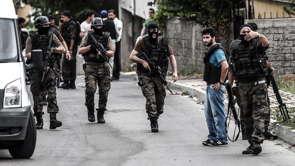 Les forces spéciales turques sont intervenues dans le quartier de Sultanbeyli à Istanbul, le 10 août au matin, après deux attaques visant le consulat américain et un commissariat de police. AFP PHOTO / OZAN KOSE