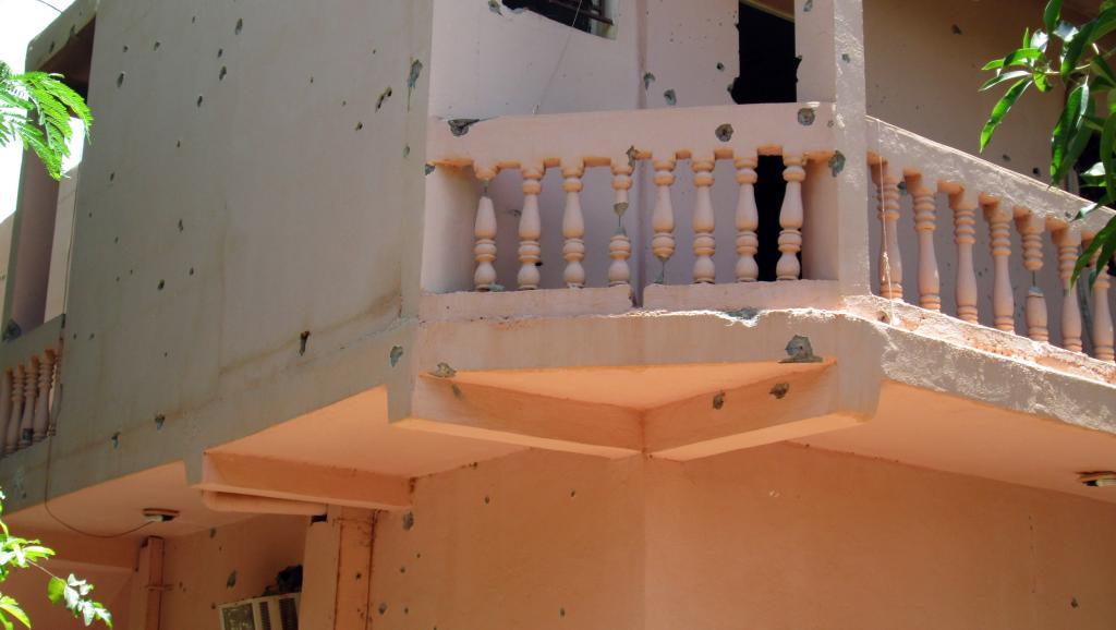 Les murs de l'hôtel Byblos de Sévaré criblé de balles après l'attaque armée. AFP PHOTO / STRINGER