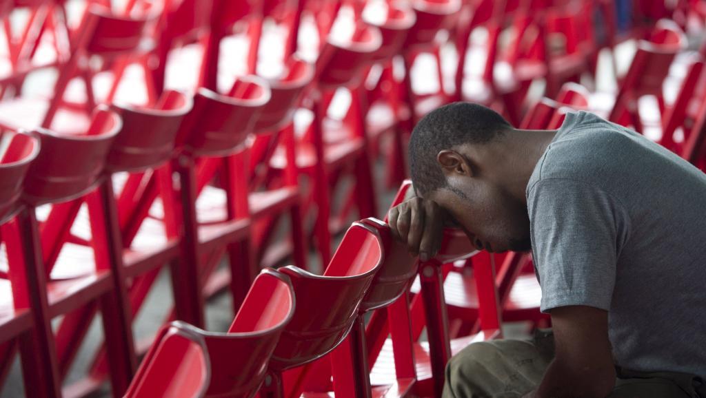 Un proche d'une victime attend des nouvelles à l'aéroport de Jayapura, en Indonésie, le 18 août 2015. REUTERS/Andika Wahyu/Antara Foto