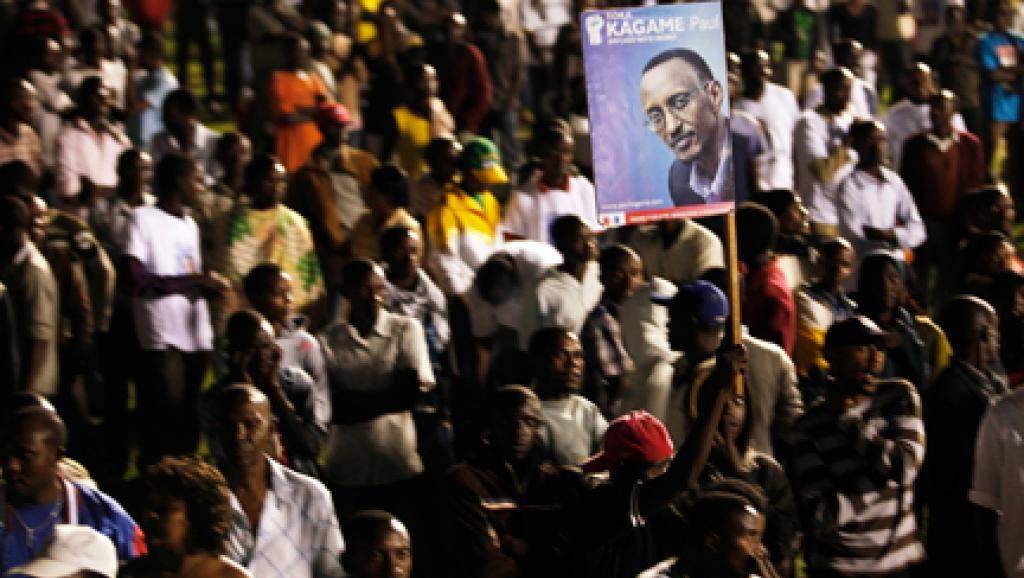 Les partisans de Paul Kagame brandissent un poster du président, élu depuis 2003 mais homme fort du pays depuis la fin du génocide en 1994. Photo: Finbarr O'Reilly/Reuters