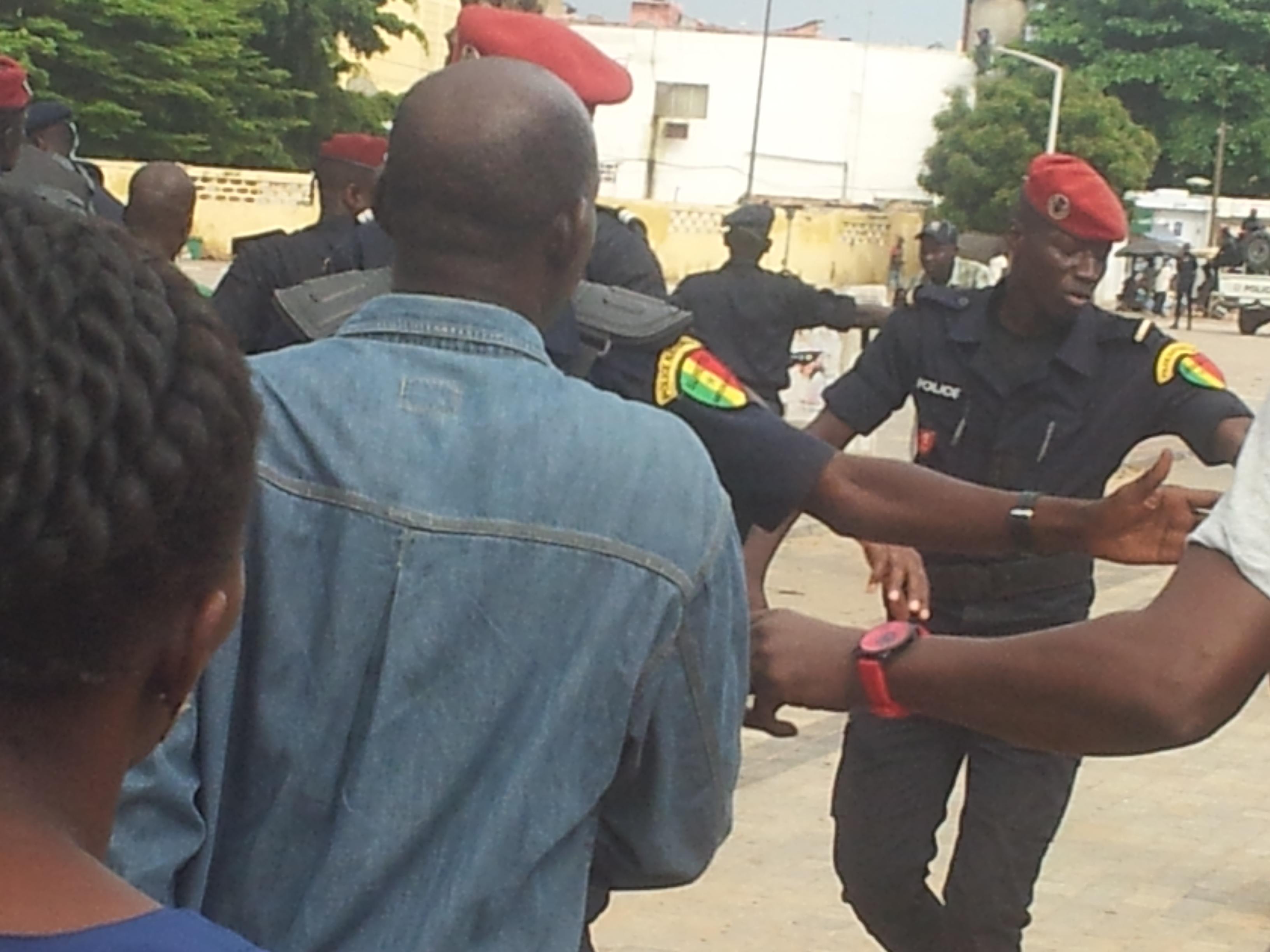 Manifestation du Pds : Les journalistes parqués, gazés et malmenés par la police.