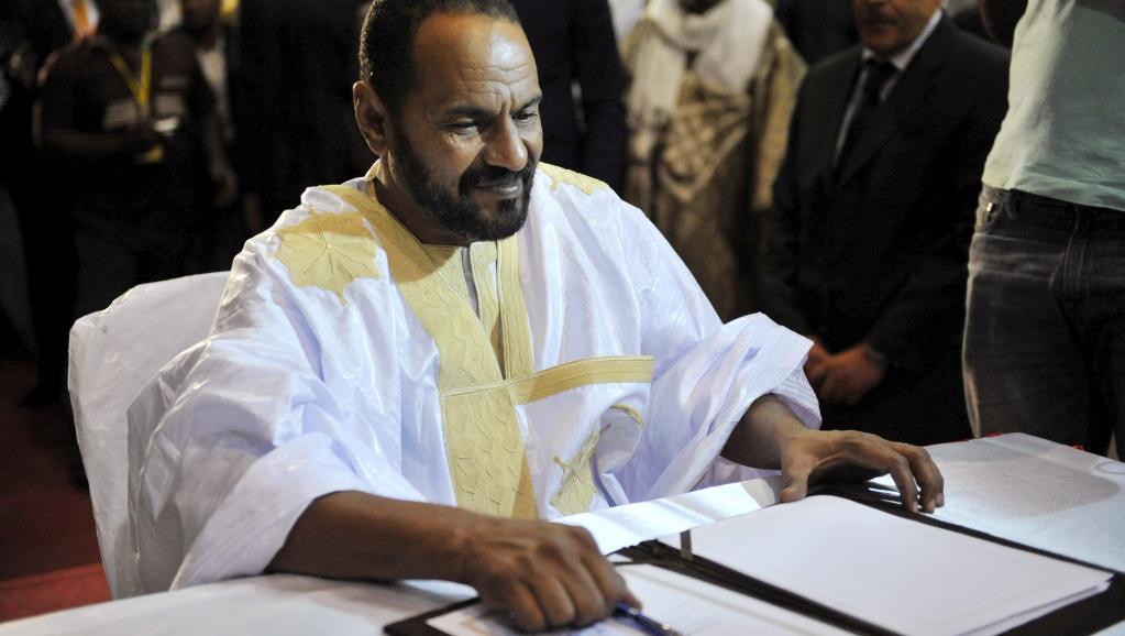 Sidi Brahim Ould Sidati, au moment de signer l'accord de paix inter-malien au nom de la CMA, le 20 juin à Bamako. Accord dont les termes, estime-t-il, ne sont pas respectés aujourd'hui. REUTERS/Stringer