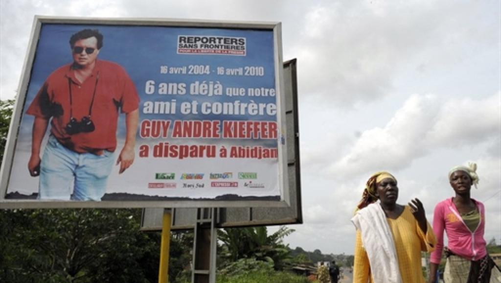 Un panneau dans les rues d'Abidjan rappelant la disparition de Guy André Kieffer, en 2014 Afp / Issouf Sanogo