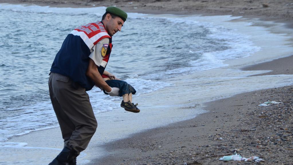 Réfugiés: l'Europe face à la photo d'un enfant syrien mort noyé
