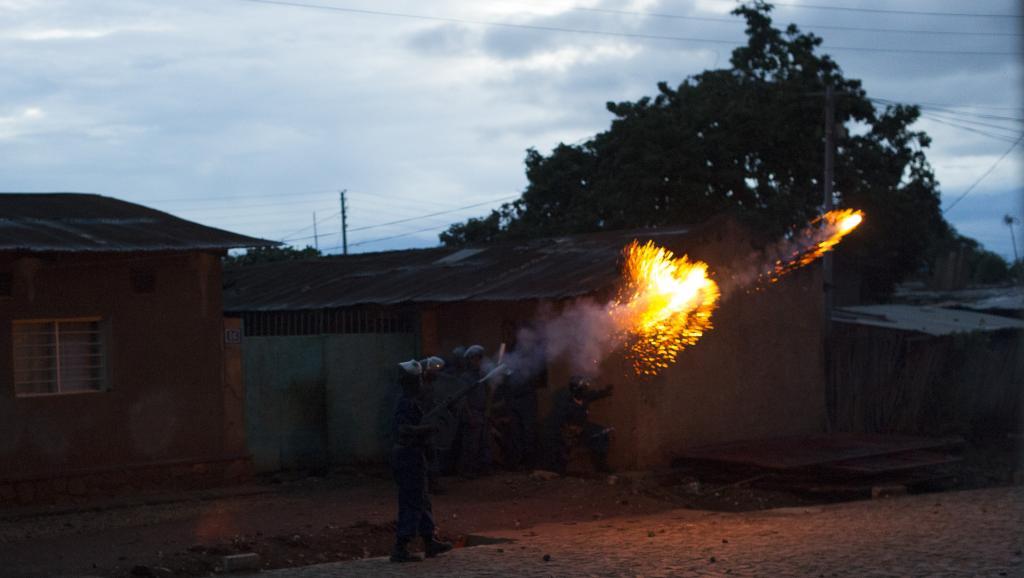 Détonations de grenades, des tirs de fusils et même de roquettes; la nuit a été terrible à Bujumbura, surtout à Nyakabiga selon un riverain. AFP PHOTO/PHIL MOORE