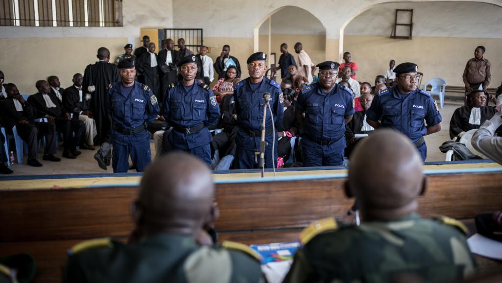 Pour les proches des victimes de l'affaire Chebeya, les policiers qui sont aujourd'hui dans le box des accusés sont des exécutants, mais pas les commanditaires, toujours en fuite. AFP PHOTO / FEDERICO SCOPPA