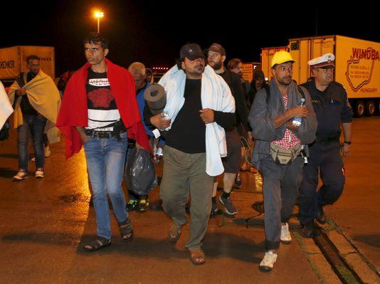Les premiers migrants arrivent à la frontière autrichienne dans les bus affrétés par la Hongrie