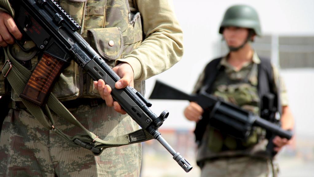 Des soldats turcs au niveau d'un check-point sur la route principale reliant Mardin et Cizre, le 9 septembre 2015. REUTERS/Sertac Kayar