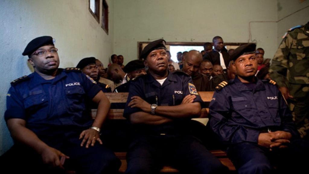 Daniel Mukalay (g.) lors de l'ouverture du procès en première instance des assassins présumés de Floribert Chebeya, à Kinshasa, le 12 novembre 2010. AFP/Gwenn Dubourthoumieu