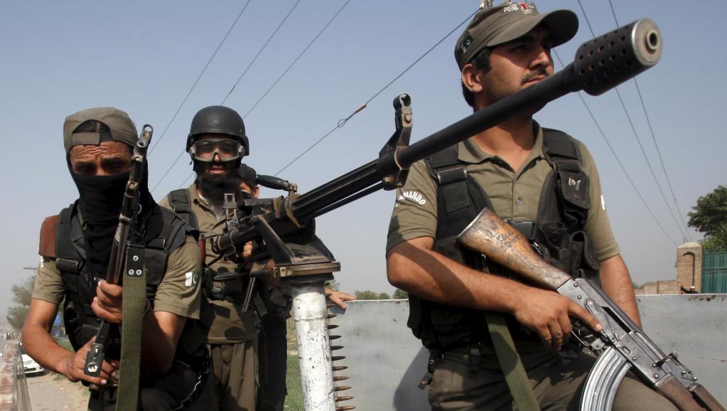 Des militaires pakistanais arrivent sur les lieux de l'attaque d'une base aérienne, dans le nord-ouest du Pakistan, le 18 septembre 2015. REUTERS/Fayaz Aziz