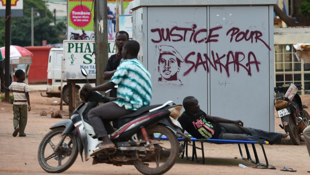 Aux abords de l'hôtel Laico où se sont poursuivies les pourparlers ce dimanche 20 septembre 2015. AFP / SIA KAMBOU