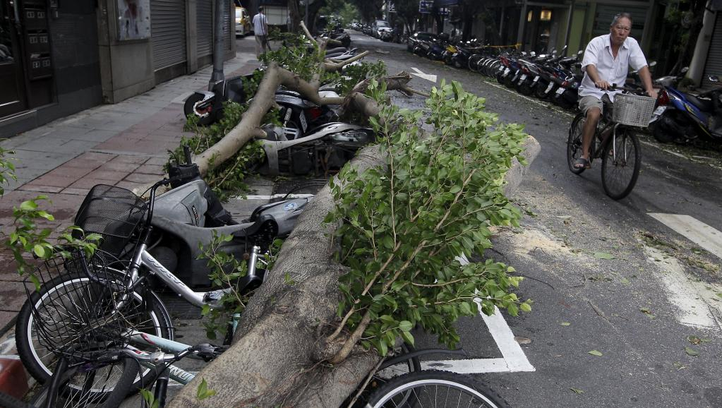 Le typhon Dujuan sème la confusion à Taiwan et s'annonce en Chine
