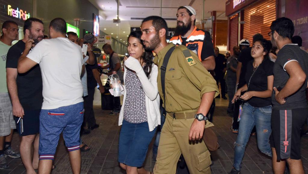 Un homme, armé d'un pistolet et d'un couteau, a ouvert le feu dimanche 18 octobre dans la gare routière de Beersheva dans le sud d'Israël. AFP PHOTO / DUDU GRINSHPAN