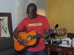 Souleylane Ndéné Ndiaye joue de la guitare pour ses frères libéraux en guéguerre