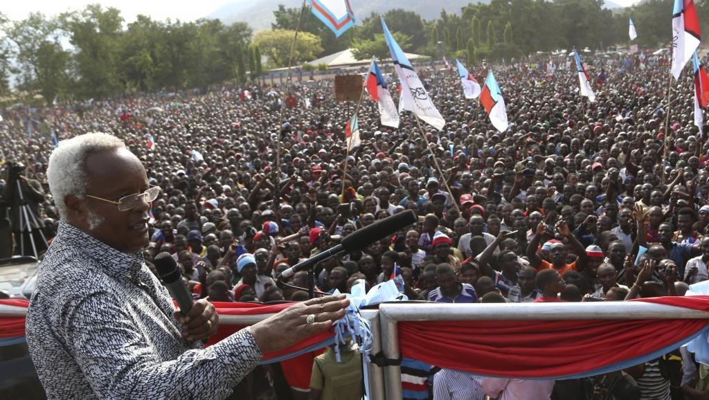 Edward Lowassa, ex-Premier ministre et candidat du parti de l'opposition Chadema (c) lors d'un meeting de campagne à Kilosa, dans la région de Morogoro, le 23 octobre 2015. Il est l'un des favoris de la présidentielle. REUTERS/Stringer