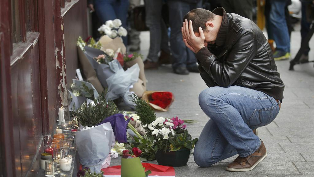 Hommage de Parisiens aux victimes des attentats. REUTERS/Christian Hartman