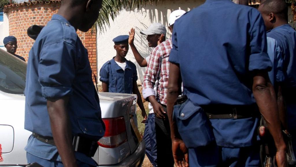 La police burundaise interroge un homme à un barrage routier à Bujumbura, le 6 juillet 2015. AFP PHOTO / Landry NSHIMIYE