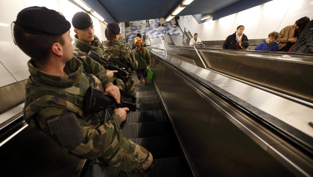 Attentats à Paris: l'état d'urgence, un régime d'exception
