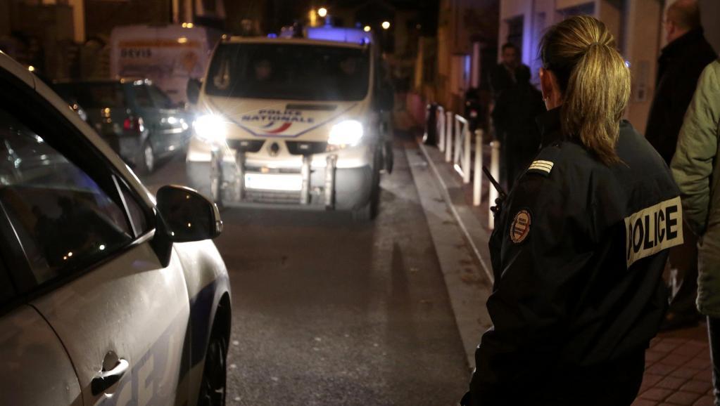 Un cordon de police a été mis en place autour de la zone où la ceinture d'explosif a été retrouvée, à Montrouge, le 23 novembre 2015. REUTERS/Eric Gaillard