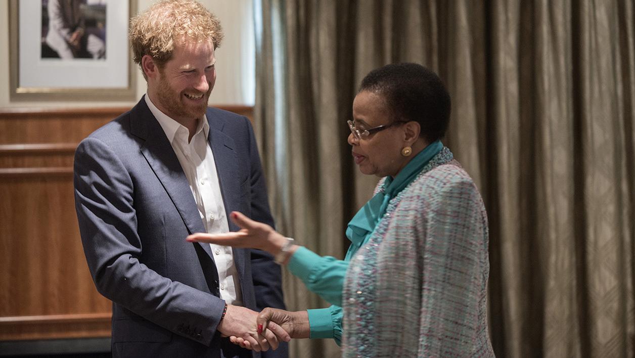 Le prince Harry au côté de la veuve de Nelson Mandela, Graca Machel. - Mujahid Safodien - AFP