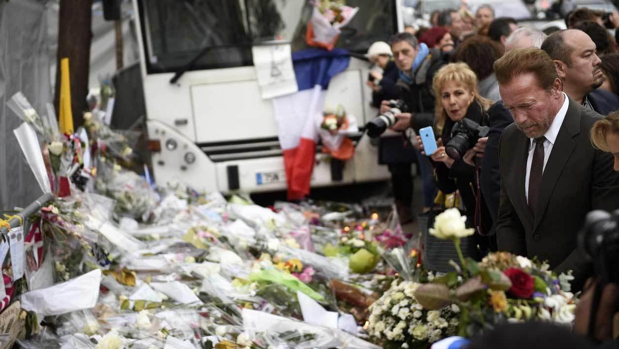 """""""Paris, je t'aime"""": Schwarzenegger se recueille au Bataclan"""