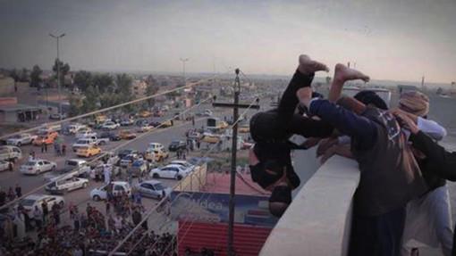 Un adolescent homosexuel jeté d'un toit par Daesh