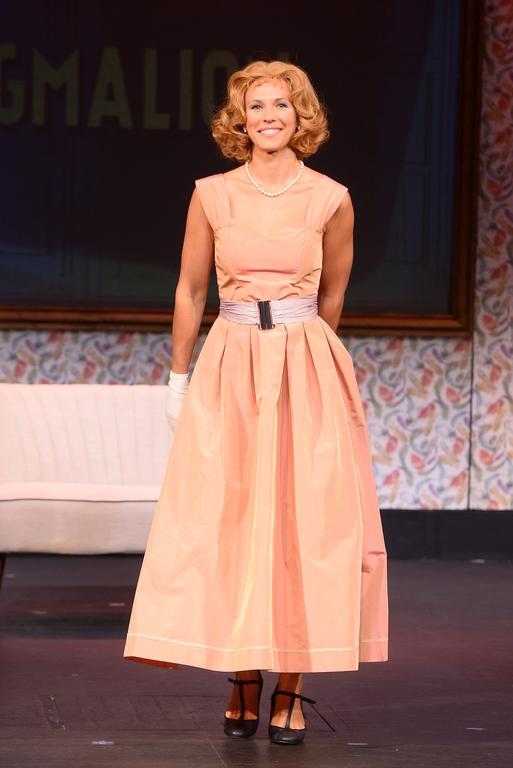 Lorie transformée dans ses débuts au théâtre ! (photos)