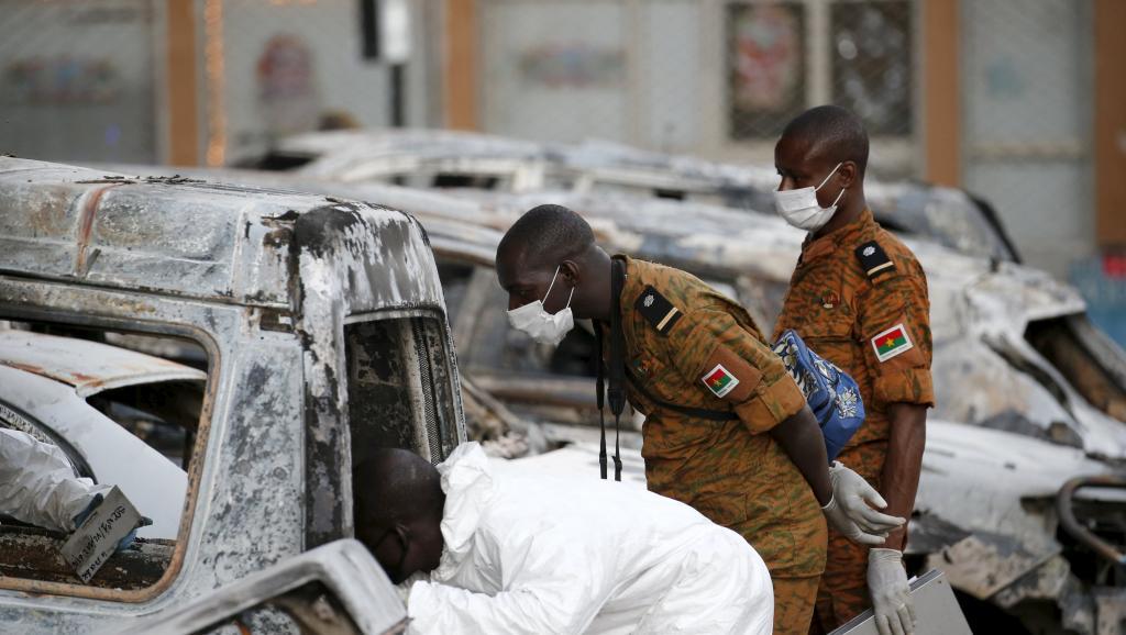 Les enquêteurs procèdent aux premières analyses sur le terrain. © REUTERS/Joe Penney